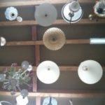 Appliques, lampadaires et plafonniers : levez le nez pour les trouver !