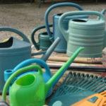 arrosoirs et outils de jardin