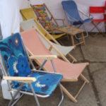 chaises longues et matériel de camping
